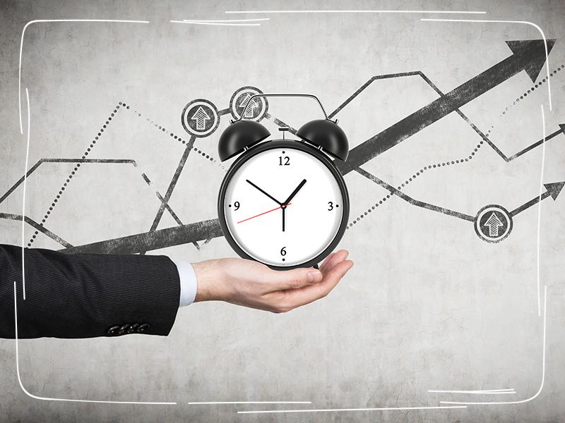 Mann mit Uhr plant zukünftige Steuerzahlungen richtig ein
