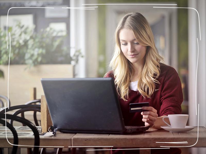 Frau kauft über das Internet ein