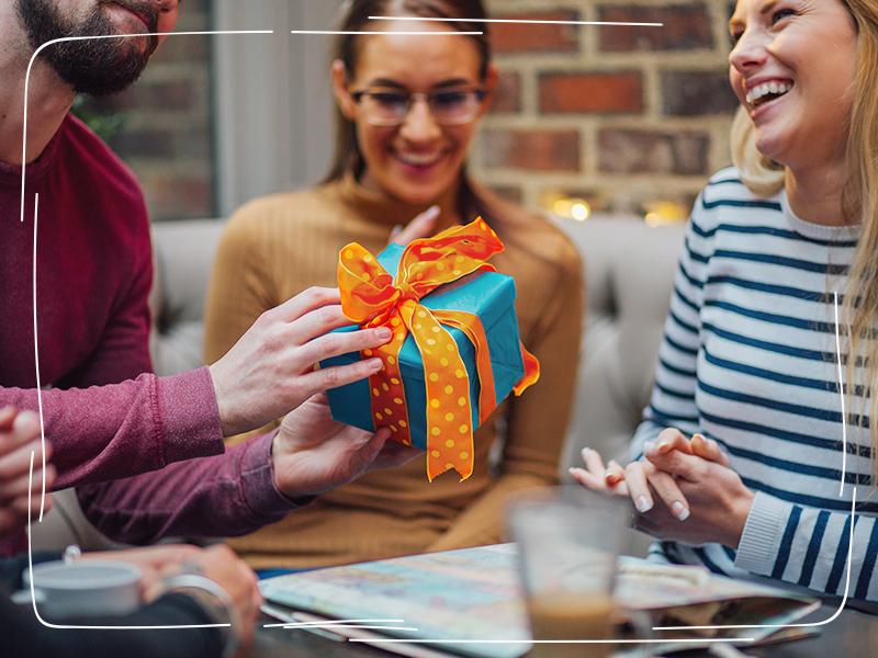 Geschäftsfreunde freuen sich über Geschenke