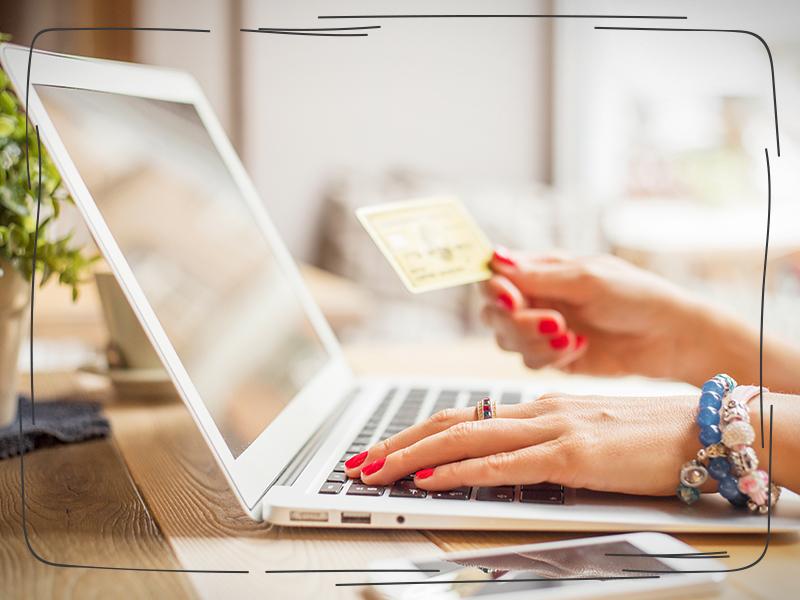 Frau am Laptop nutzt Einsatz von Amazon-Warenlagern