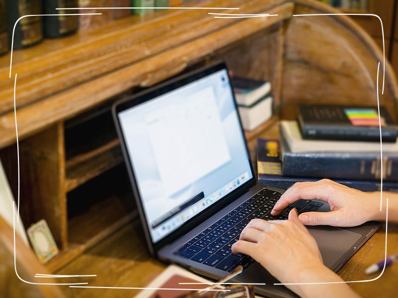 Laptop auf gebrauchtem Sekretär