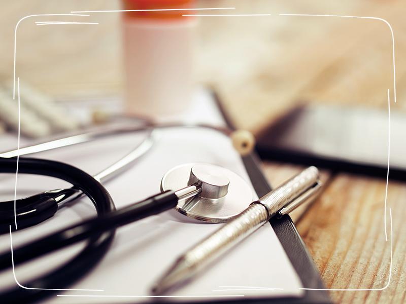 Stetoskop im häuslichen Arbeitszimmer einer Ärztin