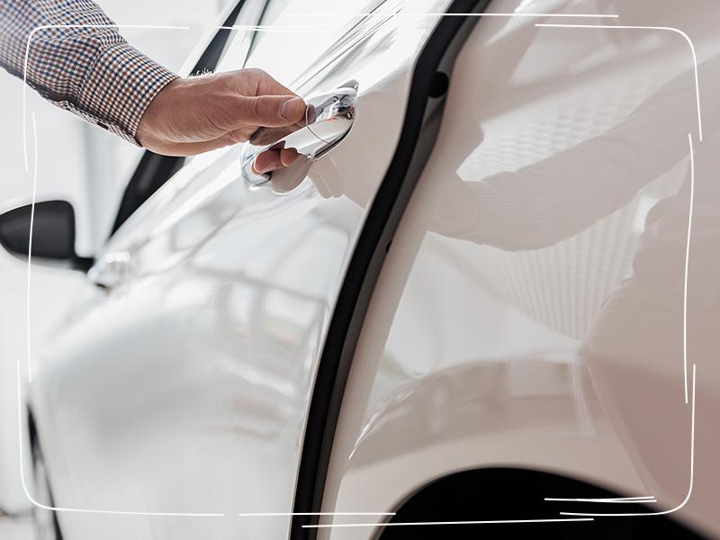 Hand an der Autotür eines Luxuswagens